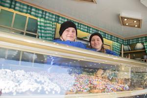 Cornelia Kryhl och Josefine Nord är experten när det kommer till donuts.