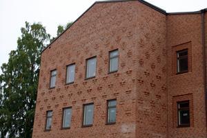 Utanpå huset har murarna fått visa sin yrkesskicklighet genom utsmyckningar i tegelfasaden.