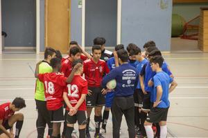 En snabbt snack innan matchstart för Ararat i rött och FC Madrid i blått.