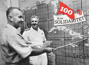 USA:s befälhavare över Karibien, konteramiral Allen Smith, Jr, (t.h.) uppdateras om de senaste händelserna i Kubakrisen av kapten Edward R. Hunt. 24 oktober 1962.Foto: Pressens Bild / UPI