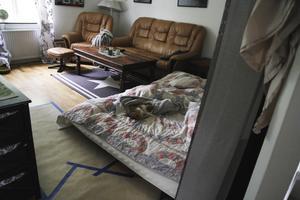 Mia Viström och hennes sambo har flyttat ut sängen till vardagsrummet.