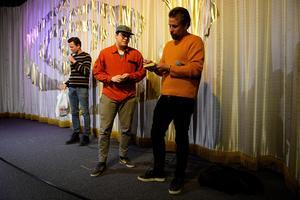 Viktor Pilkington fick komma upp på scenen och få en bok signerad av Filip Hammar och Fredrik Wikingsson.