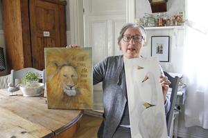 Gunnel Carlsson hämtar ofta sina motiv i djurens och fåglarnas värld.