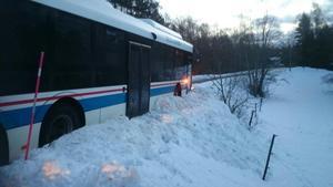 Skolbussen, med två barn ombord, fastnade i en snövall och klarade sig från att hamna i diket.
