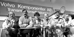 Hasse P raggade fram frivilliga att hjälpa honom med rekordtårtan. Här har han samlat sina bowlingkamrater som alla arbetade vid Volvofabriken i Köping 1985. Från vänster Hasse P, Arne Nord, Tord Pettersson, Kalle Eklund, Rune Ström och Roland Ström. Foto: Conny Sillén