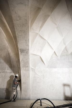Joakim Persson jobbar på byggställningen uppe i taket på Kristine kyrka.