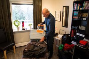 Göran Grudén packar inför avresan till Somaliland den 9 november.