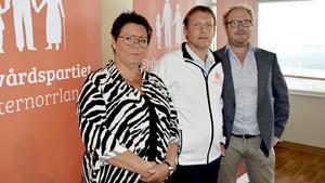 – Vi håller alla dörrar öppna när det gäller politiska samarbeten efter valet, säger Mattias Rösberg (i mitten) ordförande i Sjukvårdspartiet - Västernorrland, här med partikollegorna Katarina Hägg och Robert Thunfors vid sin sida.
