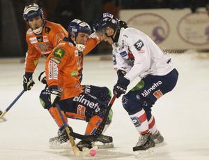 Bollnäs lagkapten Andreas Westh kollar förvånat när Per Hellmyrs testar en trickbrytning på Oscar Wikblad. Eller nåt....