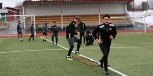 Ytterhogdals IK har fått jaga träningsplaner under vårvintern då fotbollstältet i Ljusdal rasade. Här tränar klubben i Ånge.