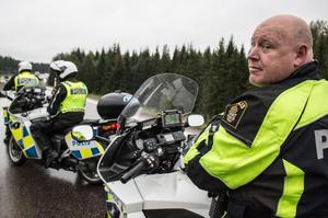 Johan Alm är gruppchef för trafikpolisen i Dalarna. Han tror att förare som blir inrapporterade för fortkörning får sig en tankeställare.