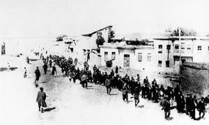 Bilden visar hur armenier 1915 tvingades ut på dödsmarsch av den ungturkiska regimen i det Osmanska riket. Foto: AP Photo