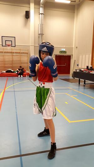 Olivia Gustafsson innan debutmatch i 30 kilosklassen.