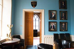 Porträtt av tidigare ordförandemästare pryder väggarna. Många frimurare har högt uppsatta poster inte bara i orden utan även i samhället utanför. Bland medlemmarna finns bland annat läkare, professorer, präster och direktörer. Flera landshövdingar har också varit frimurare.