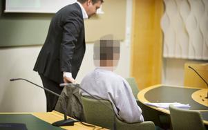 53-åringen tillsammans med sin försvarare, advokat Petter Hagsköld, under tisdagens häktningsförhandling.