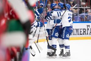 Leksands Filip Johansson jublar tillsammans med Austin Madaisky och Anton Karlsson efter sitt 3–1-mål i den första kvalmatchen mot Mora. Foto: Daniel Eriksson/Bildbyrån