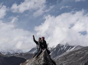 Susanna Kallur och Micke Persbrandt på en bergstopp på ungefär 4000 meters höjd. Än har de långt kvar till toppen.  Foto: Göran Thulin/TV4
