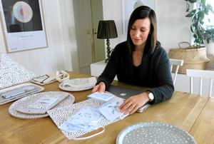 Det mesta av designarbetet utför Elina Dahl hemma i bostaden i Valbo.