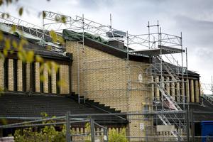 Mannen höll på med ventilationsarbeten på Britsarvsskolans tak när han föll flera meter ner på ett betonggolv.