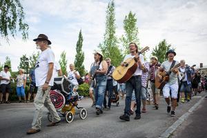 Musiktåget startade vid Byrackarn och de marscherade genom bygden.