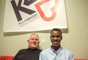 """""""Vi har redan en hel del på gång, men nu kan vi ta det till nivå två"""" säger Abas Ahmed Omar som ringde in sin gamle bekanting Jan-Olof Lundberg, när kulturhuset fick första bidraget"""