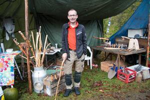 Mikael Alhqvist från Skommarbo sålde renoverade knivar, yxor och släggor. Han tog också med en samling täljda spatserkäppar.