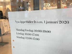 När H&M förlänger öppettiden på söndagar, väljer man samtidigt att öppna en timme senare.