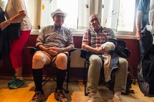 Yngve Eklund och Lars Abrahamsson har bänkat sig längst bak i lokalen för att lyssna på Pugh.