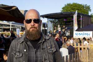 Kent Eriksson har kommit till Möljen för att höra sina vänner spela.