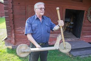 Det finns många större och mindre överraskningar gömda i de olika husen på Åsgårdarna. Här har Kurt Fosselius plockat fram en sparkcykel helt i trä från Nordiska kompaniet, med oklart tillverkningsdatum.
