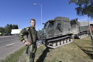 Mårten Gartsen vid sin bandvagn 410 som deltar i släckningsarbetet.