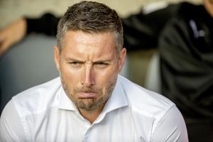 ÖSK-tränaren Axel Kjäll upplever en tuff tid som fotbollstränare. Bild: TT