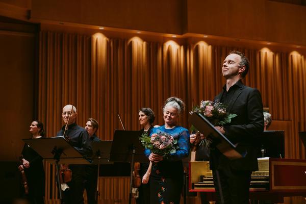 Sopranen Maria Keohane och trumpetaren Elias Svanberg njuter av hyllningarna efter konserten med Svenska barockorkestern. Till vänster ser vi konsertmästaren Håkan Wikström.Foto: Martin Bohm