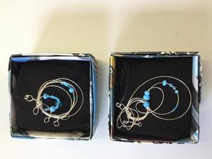 Halsband gjorda av metalltrådar och pärlor köpta på second hand. Lådorna som smyckena ligger i är gjorda av en gammal blombok. Foto: Privat