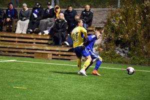 Mario Berlin blir stoppad av Martin Sjöblom i Arnäs. Matfors hade svårt att hitta på något offensivt i första kvalmatchen till division 3.