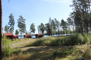 På den oexploaterade marken intill Falu strandby med dess röda stugor vill de nya ägarna Runn Resort AB bygga fristående hus.