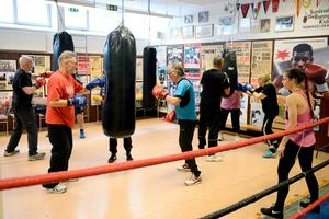 Gruppen får instruktioner av Therese Jonsson från Narva boxningsklubb i Stockholm.