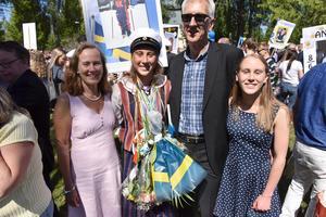 Eleonora Olsmats omringad av sin familj. Hon fick inte bara ett utan två stipendier i Moraparken för sin insats under de senaste tre åren.