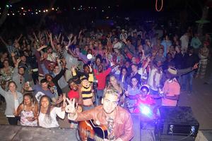 Oscar Ögren och en nyvunnen publik under Okavango Music Festival. Foto: Filip Grgin