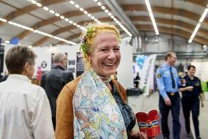 Mässbesökaren Jenny Fisk kom med blommor i håret.