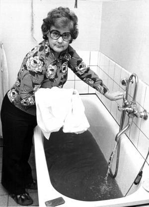 Året är 1976 och fru Isola Rångefors visar för ÖP hur vattnet som kommer ur backebornas kranar ser ut. ÖP liknar det vid nyponsoppa och berättar om den namninsamling som startats för att förmå strömsunds kommun att ordna fram tjänligt vatten i byn. Enligt en expert från Stockholm beror