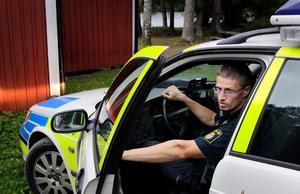 Martin Södervall, gruppchef vid polisen, berättar att det gjorts en teknisk undersökning av den misstänkta brottsplatsen. Bild: Mårten Englin