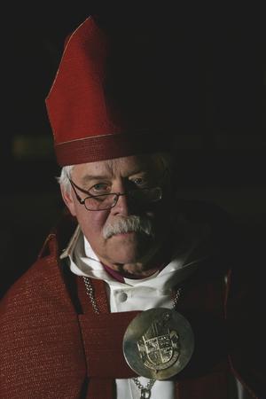 Förre biskopen Claes-Bertil Ytterberg i röd biskopskåpa 2008. Foto: Peter Krüger