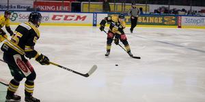 Emil Lind får en passning av Falk. Forwarden var precis som målvakten Fredrik Bergvik med i J20-matchen.