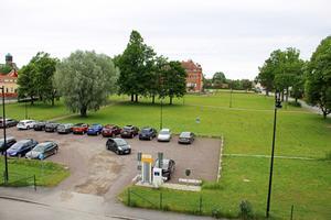 På den här tomten låg gamla Sjöängsskolan. Askersunds kommun vill att det byggs bostäder på tomten och söker nu en entreprenör som vill bygga och hjälpa till med ideér till detaljplanen.