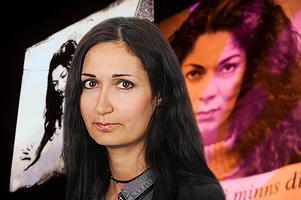 Sakine Madon i förgrunden, plakat föreställande Fadime Sahindal i bakgrunden.