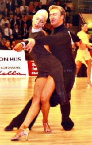 På fredag börjar Let's dance där Tony Irving ska döma andra par.Här visar han sina egna kunskaper tillsammans med sin förra danspartner Ingrid Beate.