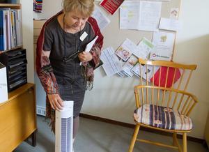 Anne Tjernberg, enhetschef på Nygården visar en portabel AC som finns både för personal och brukare. Denna står på hennes kontor. Alla tre KAK-kommunerna berättar att de köpt in flera portabla AC som ställs i gemensamhetsutrymmen.