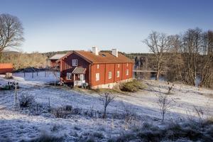 Gerd Görans bergsmansgård ligger naturskönt på en höjd i Sångshyttan.