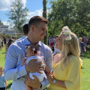 Mikael Backlund med frun Frida och dottern Tillie, 3 månader. FOTO: Privat